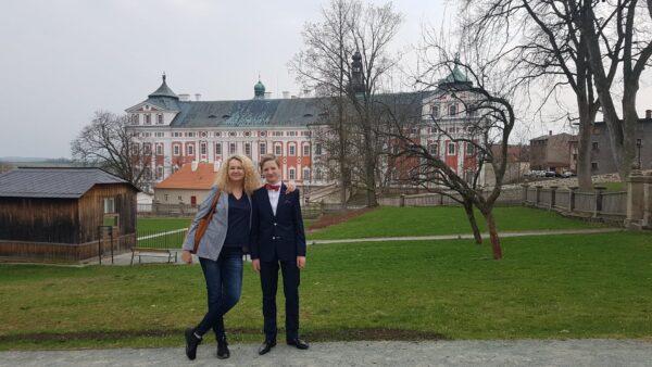 Filip ze swoją nauczycielką Danutą Gościńską przed konkursem - Broumov, Czechy 2019, fot. z archiwum rodzinnego