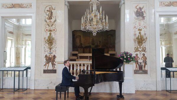 Filip w trakcie koncertu w Pałacu na Wodzie w Łazienkach Królewskich w Warszawie, fot. z archiwum rodzinnego
