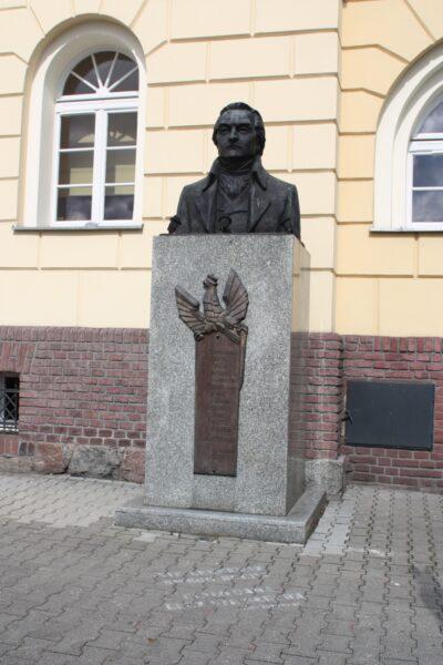 Pomnik Józefa Wybickiego przed ratuszem, fot. z Archiwum Urzędu Miejskiego w Śremie