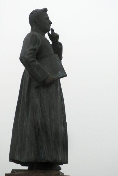 Pomnik księdza Piotra Wawrzyniaka przed kościołem NSJ na Jezioranach, fot. z Archiwum Urzędu Miejskiego w Śremie