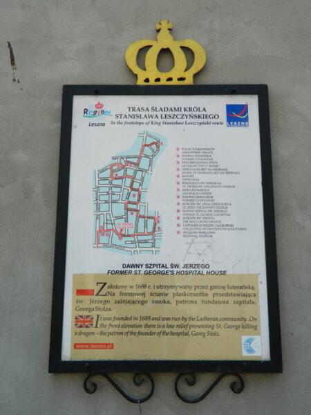 Tablica informacyjna na elewacji dawnego szpitala, fot. M. Gołembka