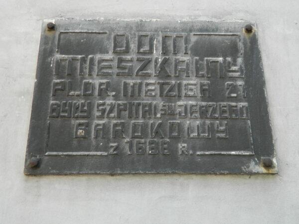 Tablica na elewacji dawnego szpitala, fot. M. Gołembka