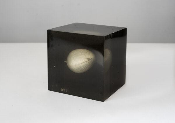 Max Radawski, M jest puste (jeden z czterech fragmentów), 2020, obiekt - żywica, pigment, selenit, wymiary: ok. 14 x 14 x 13 cm.