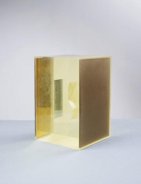 Max Radawski, Prima foto di Narciso, 2020, obiekt - żywica, fotografia, lustra, wymiary: ok. 18 x 28 x 28 cm.