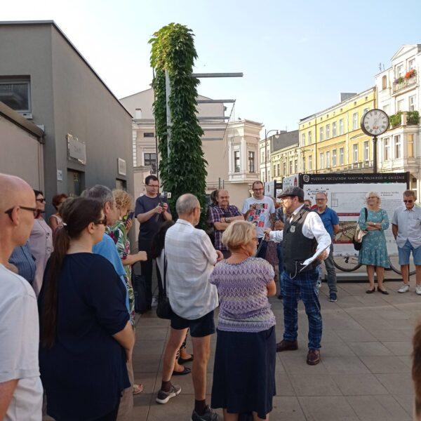 Przystanek Targowisko Muzealny Detektyw przed wystawą plenerową, fot. M. Walkowiak