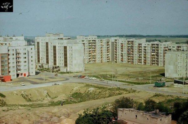 Widok na Dobrzec. Na pierwszym planie tzw. Złote Piaski - czyli wykop fundamentowy popularnie zwany Dziurą i pełniący funkcje m.in placu zabaw, fot. z archiwum prywatnego