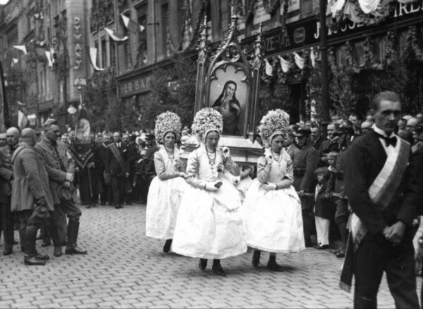 Bamberki z okolic Poznania niosące feretron podczas procesji, fot. NAC
