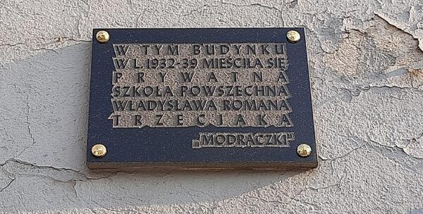 Tabliczka na budynku przy Słowiańskiej 61, fot. M. Gołembka