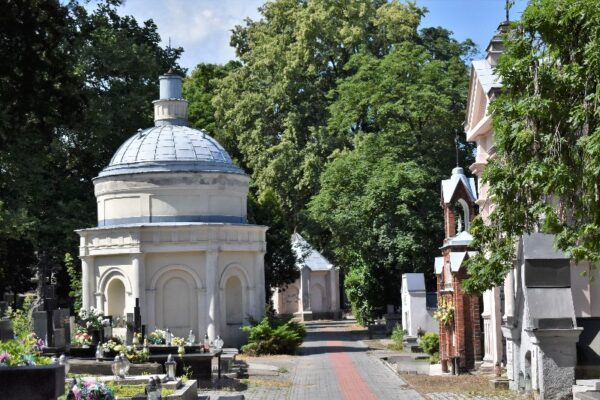 Kaplice grobowe, grobowce i pomniki nagrobne przy głównej alei podłużnej cmentarza rzymskokatolickiego przy Rogatce w Kaliszu, fot. S. Małyszko, 2011 r.