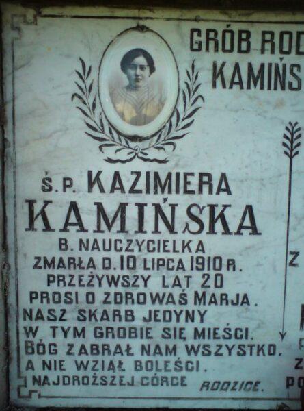 Płyta nagrobna z porcelanką Kazimiery Kamińskiej. Zbiory Macieja Błachowicza