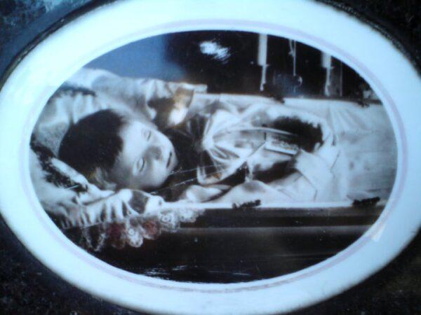 Portret zmarłego chłopca z cmentarza rogatkowskiego w Kaliszu. Zbiory Macieja Błachowicza